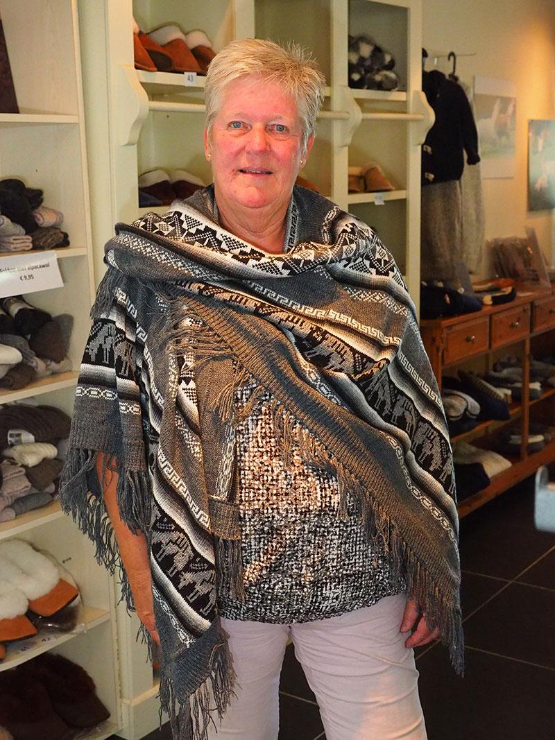 Jelly Dingemans heeft een winkel met breimode van wol van Alpaca's.