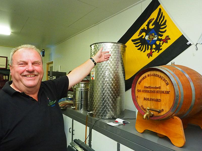 In de distilleerderij van Wiepie Oenema hangt de Bolswarder stadsvlag.