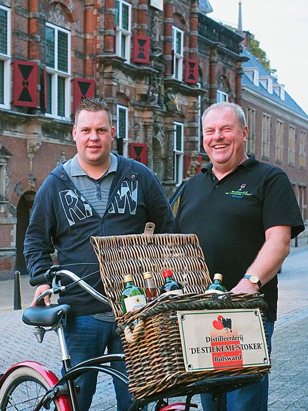 Onrust in de Bolswarder binnenstad tijdens fotosessie in het schemerdonker: Komen jullie in het oude stadhuis?