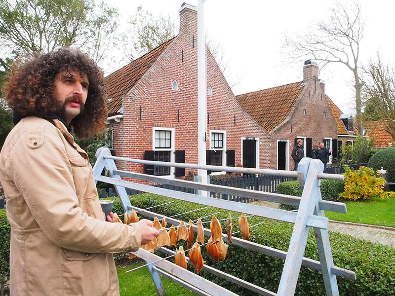 Museumbeheer Jacob Bosma brengt alles in stelling voor een nacht griezelen op 't Wad van Moddergat. © Albert Hendriks Friesland Holland Nieuwsdienst