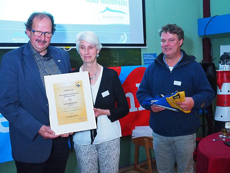 Gecertificeerd door Waddengoud van Henk Pilat uit Buitenpost (rechts): Gerben en Aukje Visbeek van Seedykstertoer.