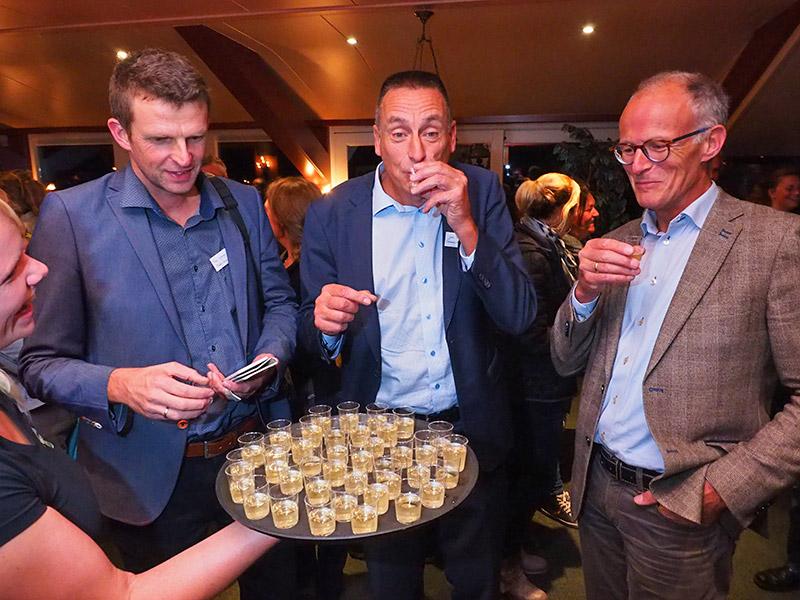 Na de toespraak van Gerard Kremer werd de infomarkt geopend met de aanbieding van Wadwater, aangeboden door distilleerderij Hooghoudt uit Groningen.
