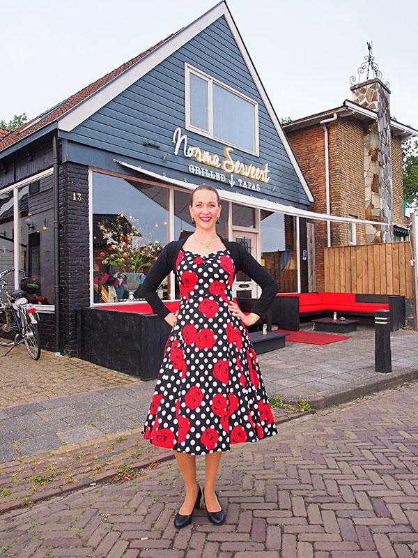 Eigenaresse en gastvrouw Norma de Jong voor haar restaurant aan de Gedempte Haven in Grou.