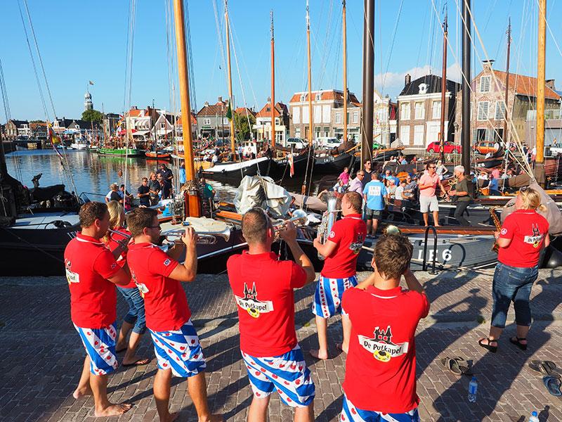 In de havens van Lemmer is in de zomer bijna elke dag wat te beleven.