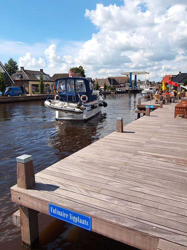 Wie van de Overijsselse meren naar de Friese meren vaart kan niet om Echtenerbrug-Delfstrahuizen heen. Het waterdorp is enorm opgewaardeerd met nieuwe kaden, aanlegplaatsen, strand en een watervillapark.