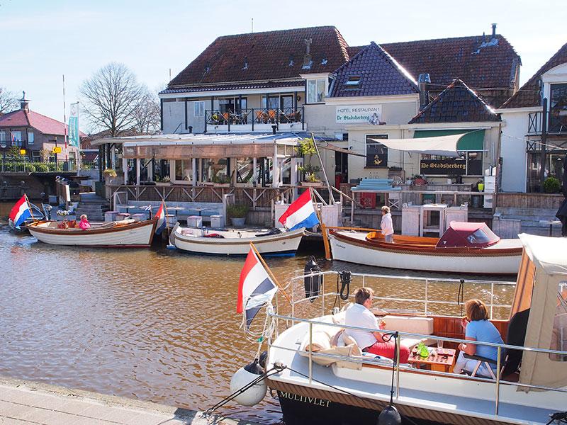 Hotel De Stadsherberg ligt aan de gracht rond de vesting Franeker en is een populaire bestemming van sloepvaarders die de Elfstedenroute varen. Arrangementen: http://frieslandtravel.com/nl/varen