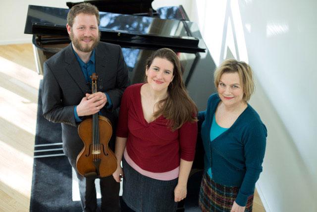 Het Damast Trio: de Amerikaanse sopraan Katharine Dain, de Canadese Emlyn Stam op altviool, en de Nederlandse pianiste Reinild Mees.