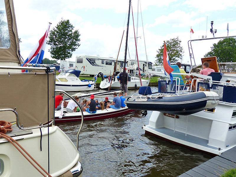 Dit valt ook in de categorie 'Het nieuwe kamperen': rondtrekken met een kajuitjacht of een camper. Veel Friese jachthavens hebben camperplaatsen: www.camperstops.nl