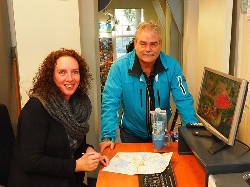 Arjen de Ree checkt met Petra van der Veen van de regionale VVV Friesland Holland's pontjesroute De Fryske Marren.